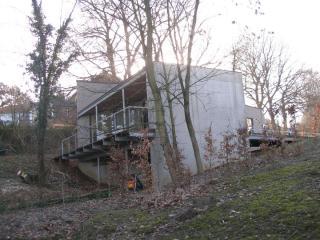 sobere, moderne architectuur op hellend terrein